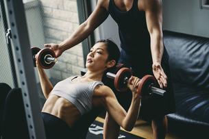 トレーニングをする日本人女性とパーソナルトレーナーの写真素材 [FYI04306065]