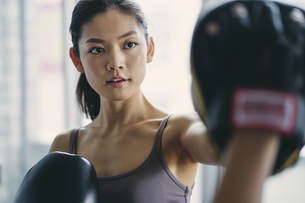 フィットネスボクシングでトレーニングをする日本人女性の写真素材 [FYI04306109]
