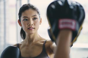 フィットネスボクシングでトレーニングをする日本人女性の写真素材 [FYI04306110]