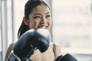 フィットネスボクシングでトレーニングをする日本人女性の写真素材 [FYI04306111]