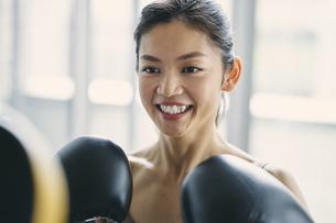 フィットネスボクシングでトレーニングをする日本人女性の写真素材 [FYI04306112]