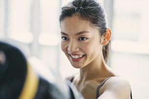 フィットネスボクシングでトレーニングをする日本人女性の写真素材 [FYI04306115]
