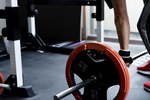 バーベルトレーニングをする男性の手元の写真素材 [FYI04306128]