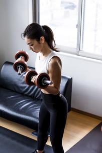 ダンベルトレーニングをする日本人女性の写真素材 [FYI04306151]