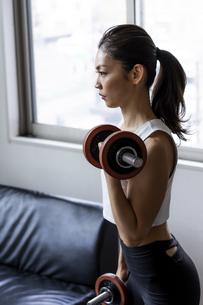 ダンベルトレーニングをする日本人女性の写真素材 [FYI04306156]