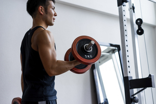 ダンベルトレーニングをする日本人男性の写真素材 [FYI04306163]