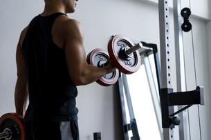 ダンベルトレーニングをする日本人男性の写真素材 [FYI04306164]