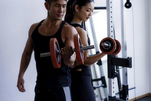 ダンベルトレーニングをする日本人男性と女性の写真素材 [FYI04306169]