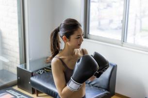 フィットネスボクシングでトレーニングをする日本人女性の写真素材 [FYI04306218]