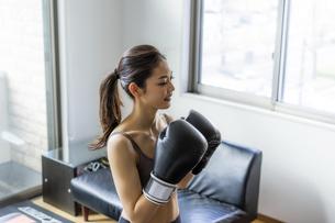 フィットネスボクシングでトレーニングをする日本人女性の写真素材 [FYI04306219]