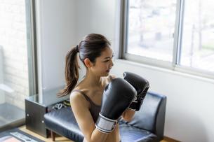 フィットネスボクシングでトレーニングをする日本人女性の写真素材 [FYI04306220]