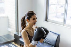 フィットネスボクシングでトレーニングをする日本人女性の写真素材 [FYI04306221]