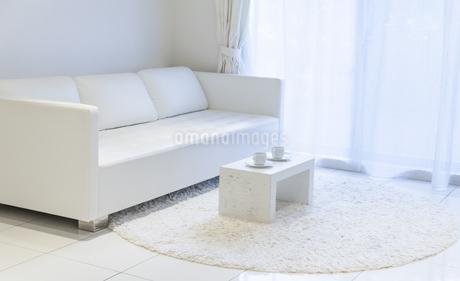 白いソファーとテーブルのある明るい部屋の写真素材 [FYI04306244]