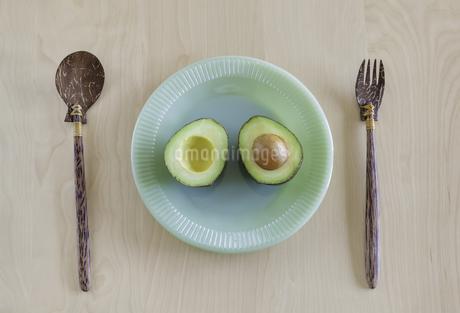 緑色の皿に盛り付けられたアボカドの写真素材 [FYI04306259]