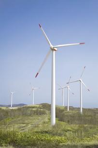 青空と風力発電の写真素材 [FYI04306335]