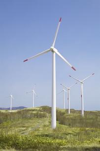 青空と風力発電群の写真素材 [FYI04306337]
