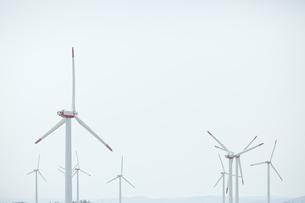 空と風力発電の写真素材 [FYI04306342]