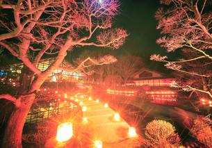武石ともしび博物館のアイスキャンドル祭と月の写真素材 [FYI04306387]