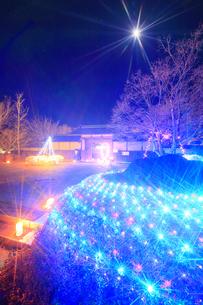 武石ともしび博物館の門とアイスキャンドル祭と月の写真素材 [FYI04306389]
