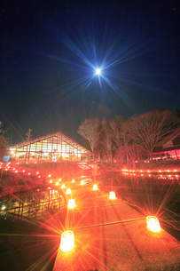 武石ともしび博物館のアイスキャンドル祭と月の写真素材 [FYI04306394]