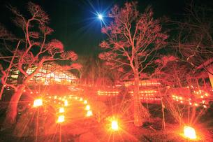 武石ともしび博物館のアイスキャンドル祭と月の写真素材 [FYI04306406]