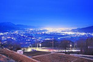 姨捨駅付近から望む長野方向の夜景とJR篠ノ井線の写真素材 [FYI04306630]