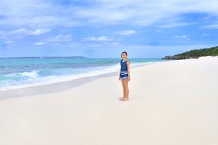 ビーチで笑う女の子(沖縄 宮古島 長間浜)の写真素材 [FYI04306854]
