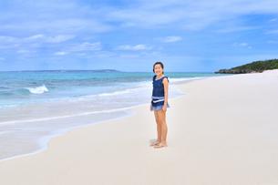ビーチで笑う女の子(沖縄 宮古島 長間浜)の写真素材 [FYI04306858]