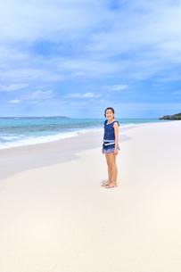 ビーチで笑う女の子(沖縄 宮古島 長間浜)の写真素材 [FYI04306861]