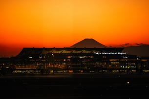 夕焼けの羽田空港と富士山の写真素材 [FYI04306900]