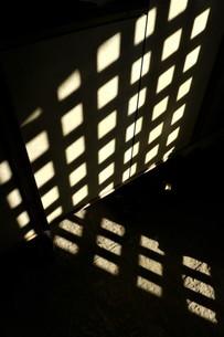 格子柄の影 光と影の写真素材の写真素材 [FYI04306953]