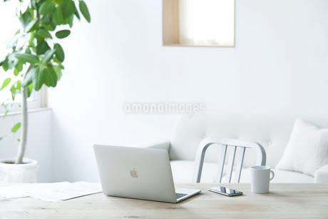 テーブルとソファとコーヒーとノートパソコンの写真素材 [FYI04306985]