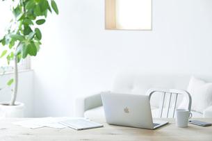 テーブルとソファとコーヒーとノートパソコンの写真素材 [FYI04306986]