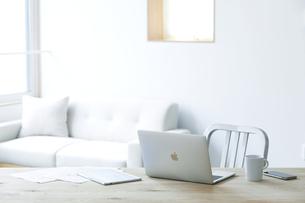 テーブルとソファとコーヒーとノートパソコンの写真素材 [FYI04306987]