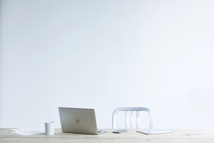 テーブルとコーヒーとノートパソコンの写真素材 [FYI04306988]