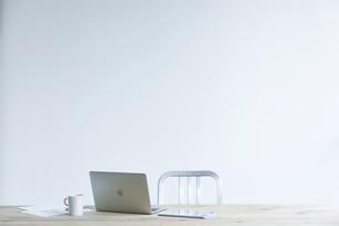 テーブルとコーヒーとノートパソコンの写真素材 [FYI04306989]