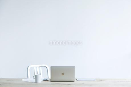テーブルとコーヒーとノートパソコンの写真素材 [FYI04306990]