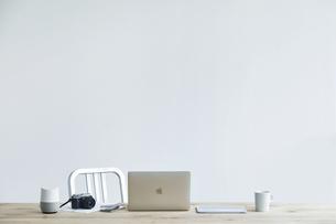 テーブルとコーヒーとノートパソコンの写真素材 [FYI04306991]