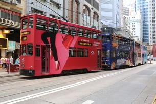 香港の街を行く路面電車トラム。英国植民地時代から走り続ける香港庶民の足。の写真素材 [FYI04307103]