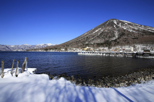 冬の奥日光 中禅寺湖と日本100名山の男体山の写真素材 [FYI04307230]