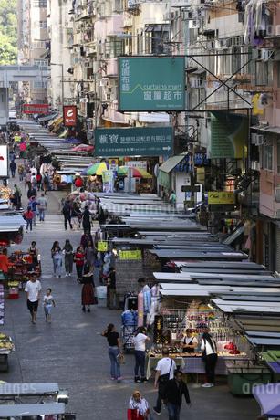 香港・旺角(モンコック/Mong Kok)の通菜街(通称女人街)。さまざまな洋服などの屋台が並ぶの写真素材 [FYI04307232]