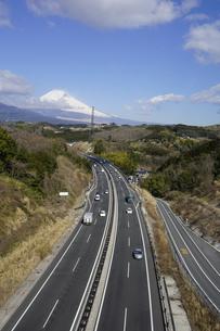 伊豆縦貫自動車道と背景に日本文化遺産の富士山の写真素材 [FYI04307268]