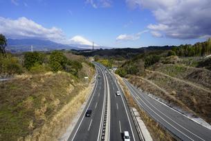 伊豆縦貫自動車道と背景に日本文化遺産の富士山の写真素材 [FYI04307269]