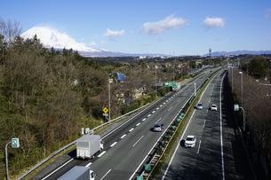 裾野インター付近を走る東名高速道路 背景に日本文化遺産の富士山の写真素材 [FYI04307270]