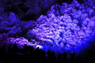 芦ヶ久保の氷柱 ライトップされた埼玉県横瀬町冬のイベントの写真素材 [FYI04307278]