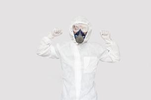 防護服を着て両手でガッツポーズの男性。の写真素材 [FYI04307367]