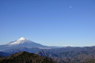 冬晴に富士山と月の写真素材 [FYI04307470]