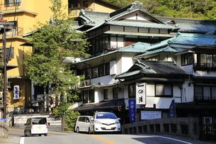 箱根塔ノ沢温泉付近の旅館ホテル群の写真素材 [FYI04307564]