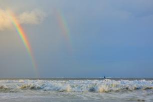 二重にかかった虹と烏帽子岩の写真素材 [FYI04307743]