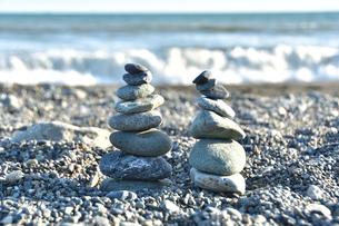 砂浜に積まれた積石の写真素材 [FYI04307744]
